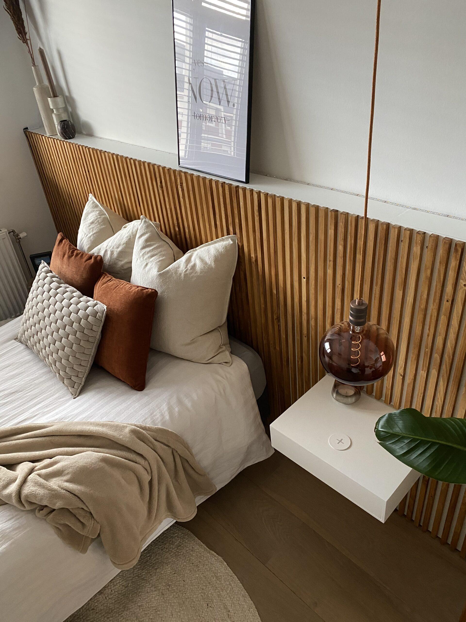 DIY hoofdbord van latten met zwevend nachtkastje en draadloze oplader en lightlights voor een aesthetic look