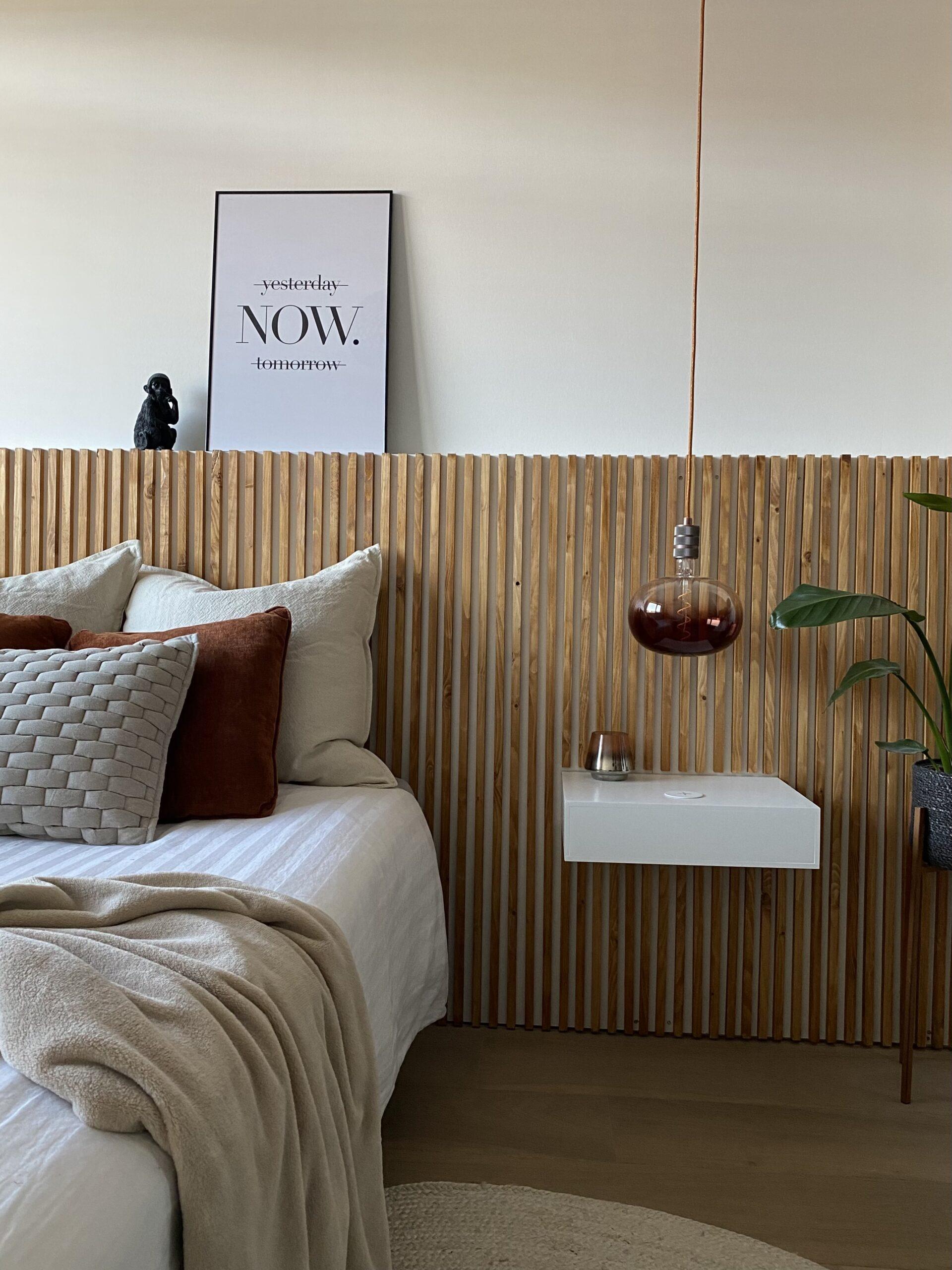 Hoofdbord bed van latten met zwevend nachtkastje en draadloze oplader