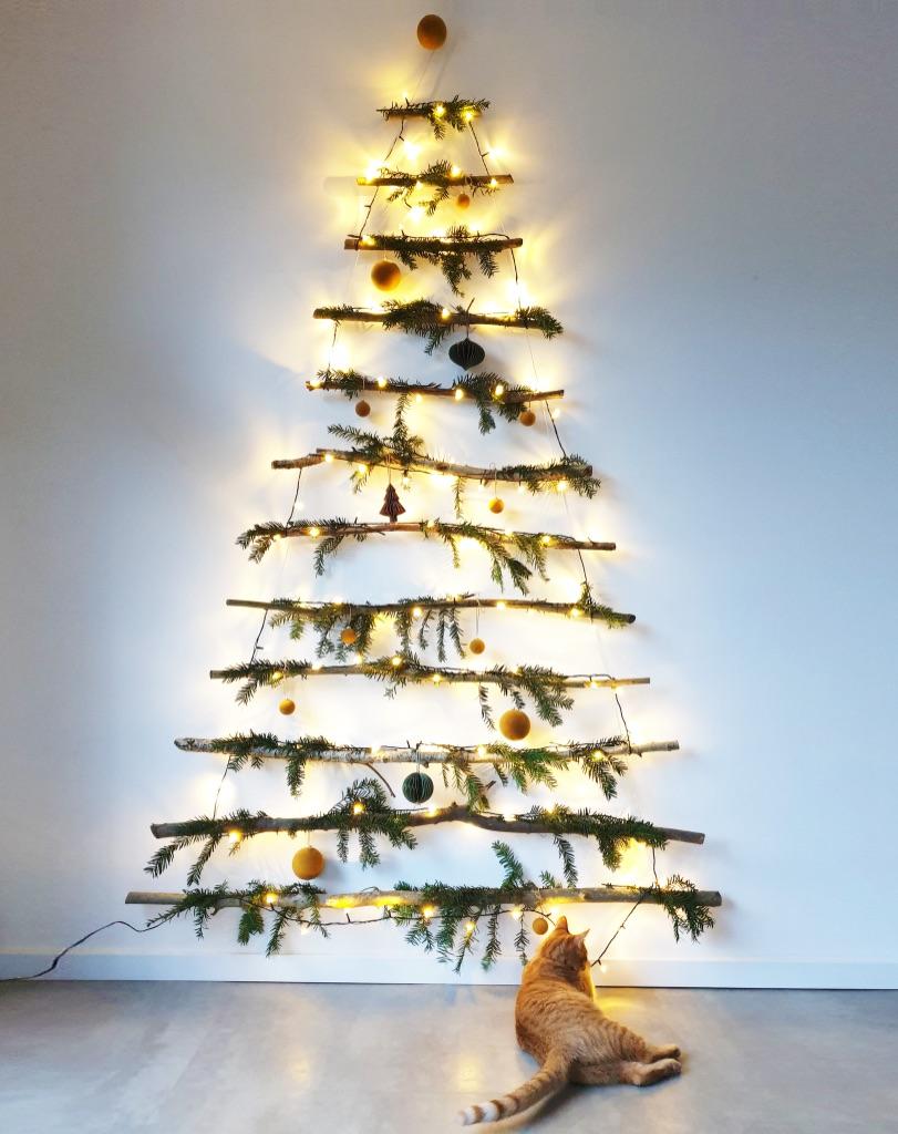 Hangende ladder kerstboom met groen en verlichting