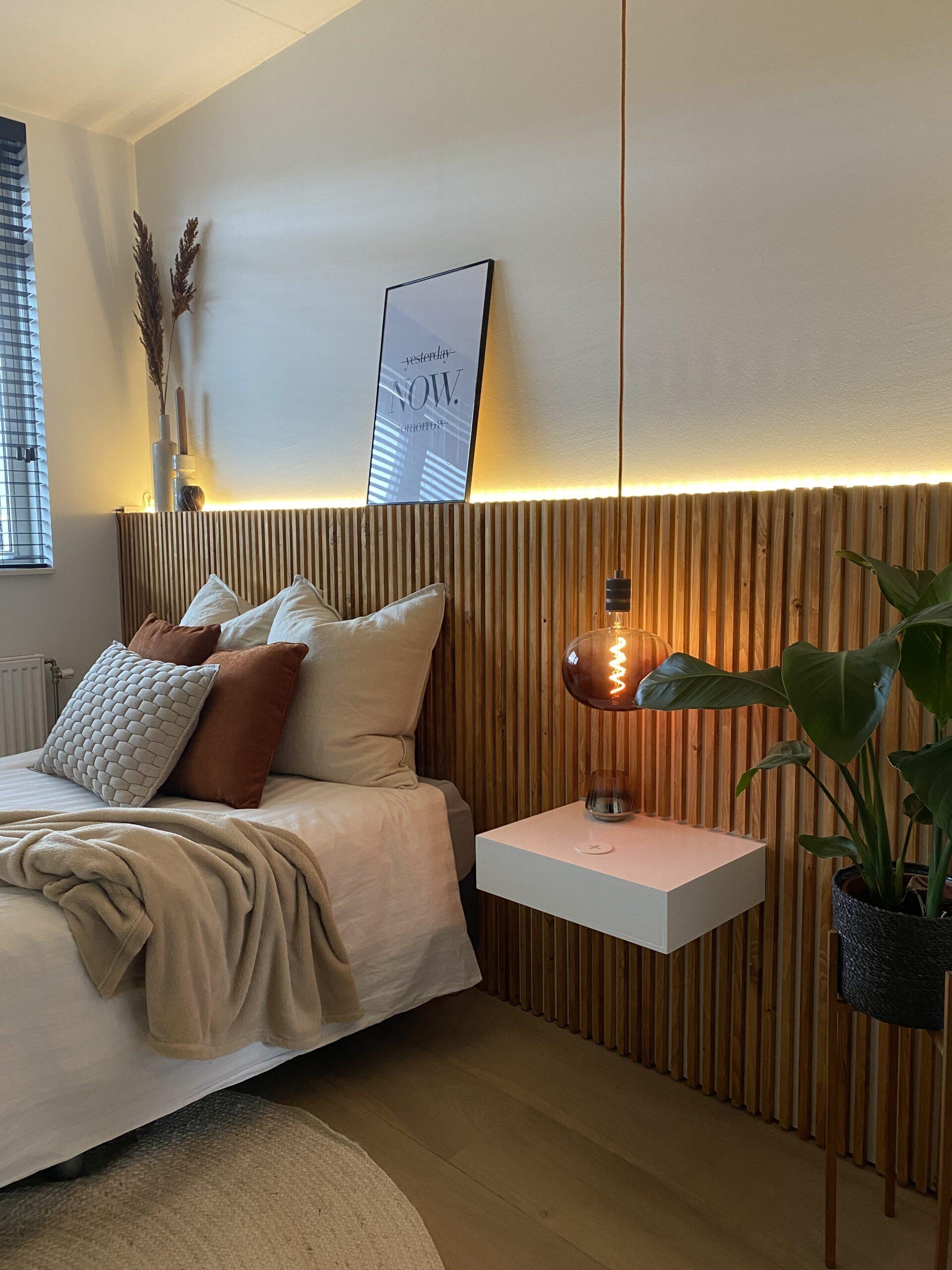 DIY hoofdbord van latten met zwevend nachtkastje en draadloze oplader en lightlights