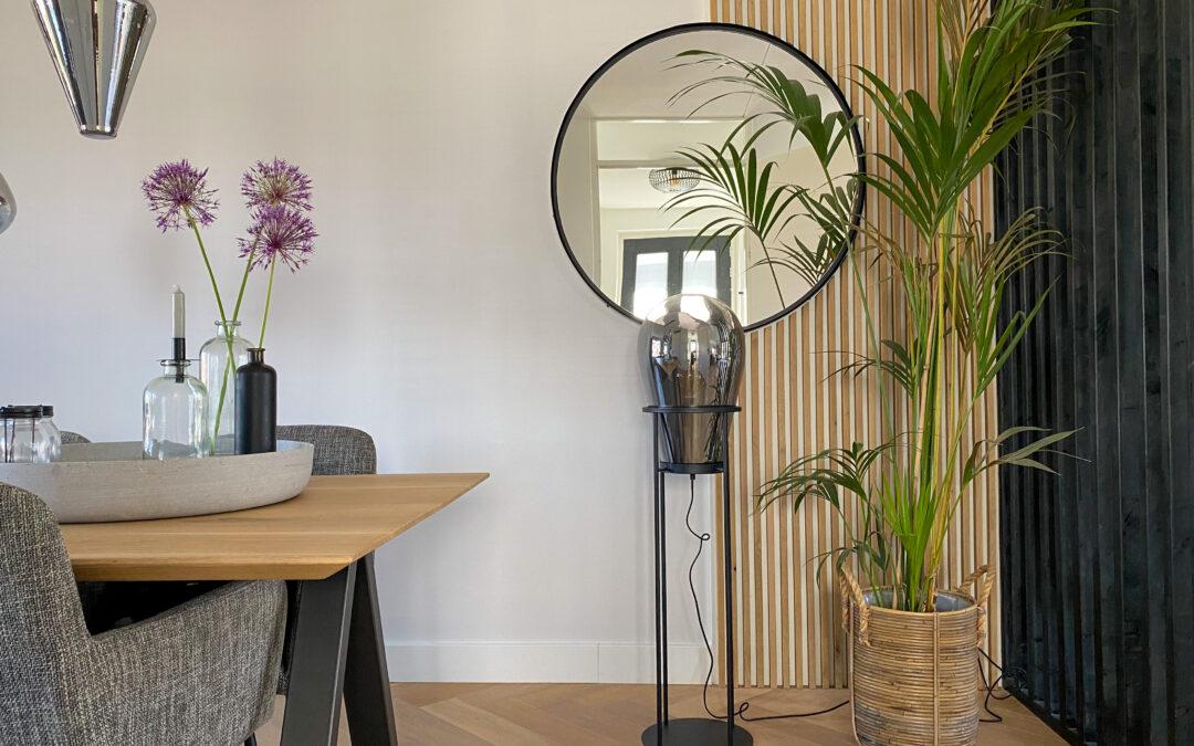 Staande vloerlamp rookglas, lattenwand met spiegel
