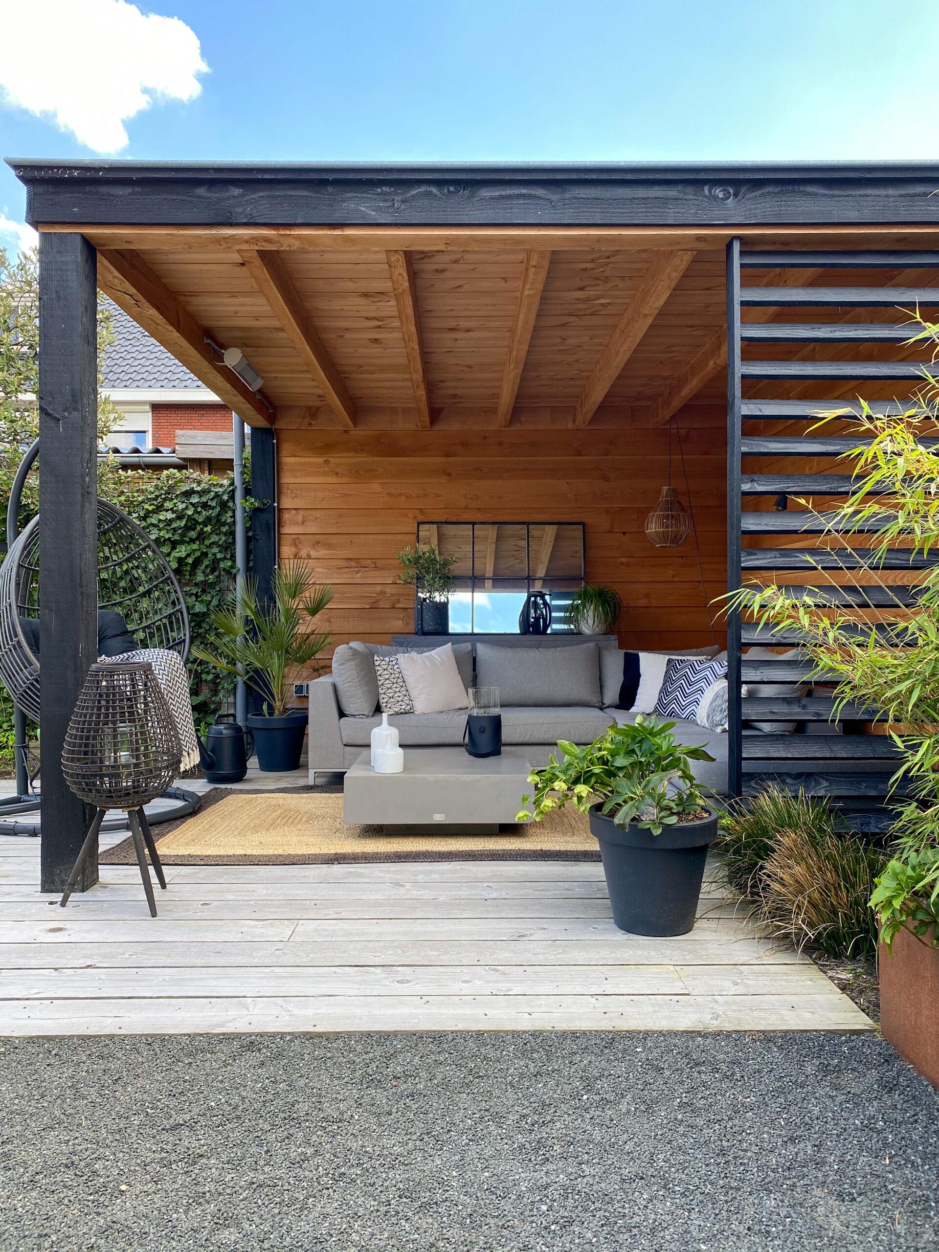 tuinkamer met loungeset en cortenstaal bak met bamboe