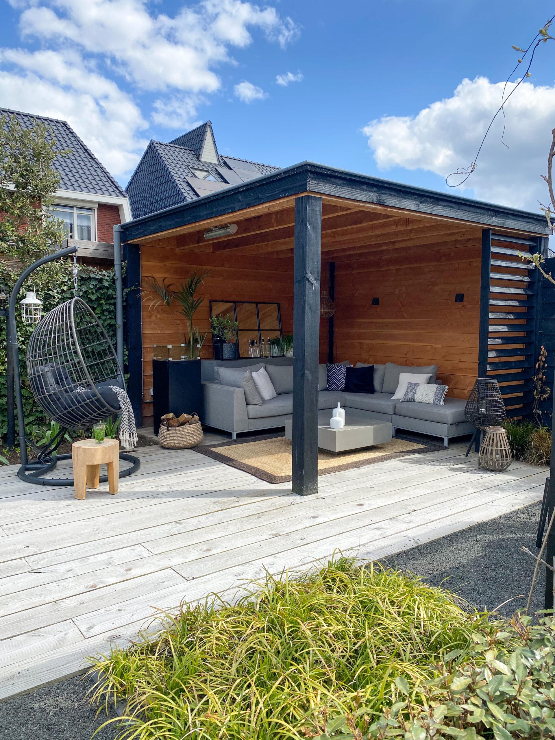 veranda met houten vlonder, louvrescherm en loungebank