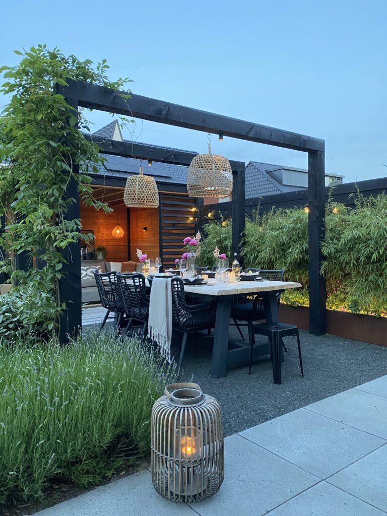 Geniet jij ook zo van de zomer, het buiten eten en leven? In deze blog geef ik je handige stylingtips voor een zomerse buitentafel.