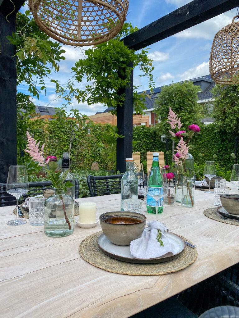 Tips voor een gezellige buitentafel: glezen en karaf