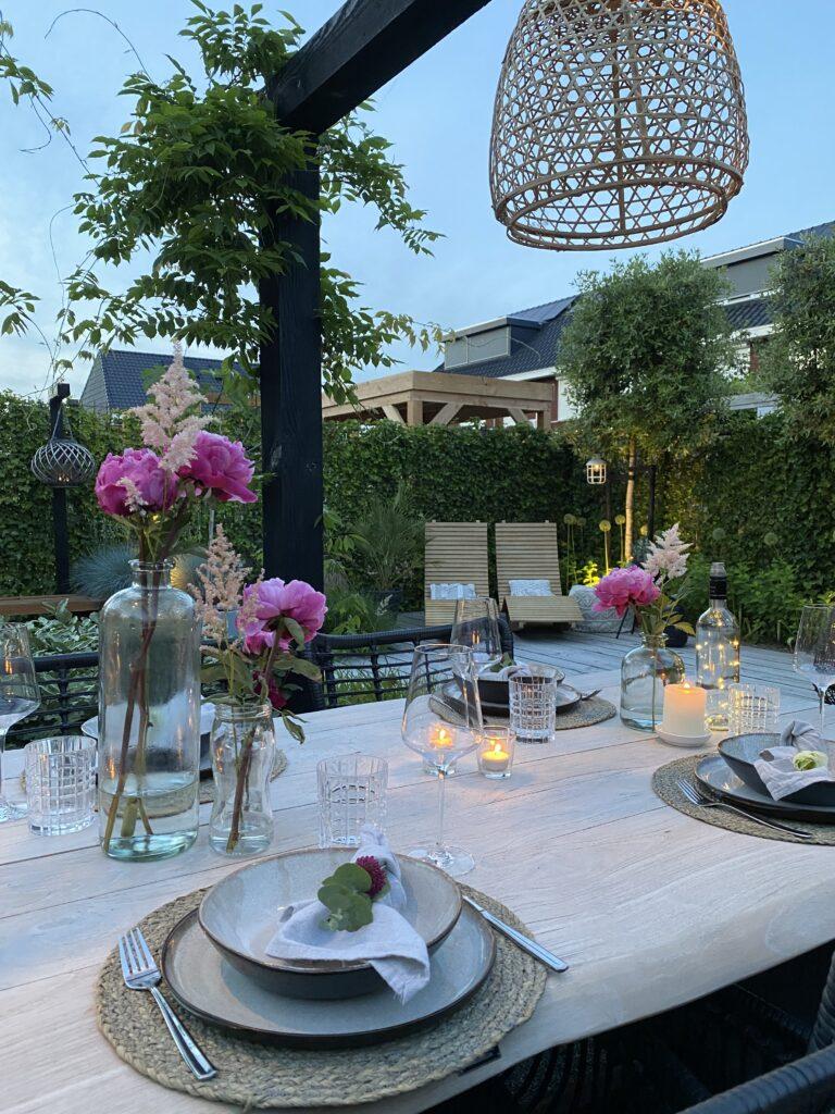 Tips voor een gezellige buitentafel: servetten vouwen