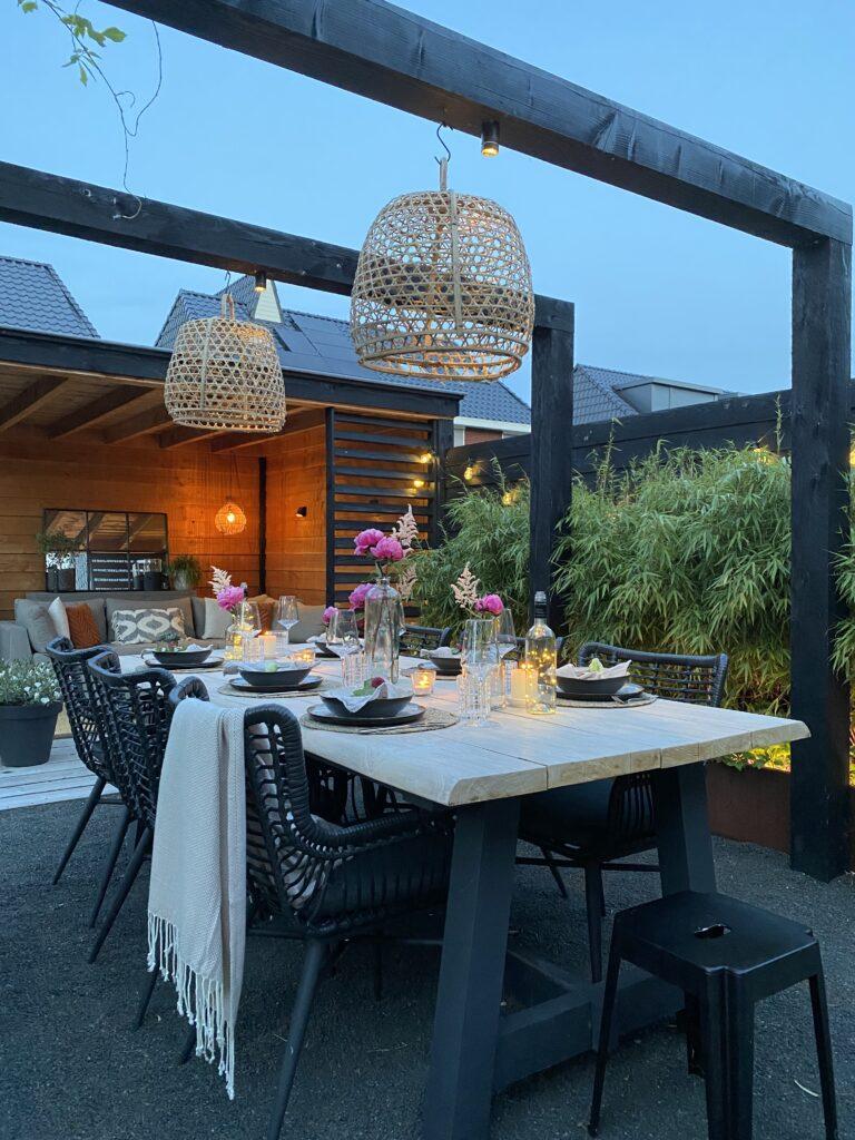 Tips voor een gezellige buitentafel: tuinverlichting