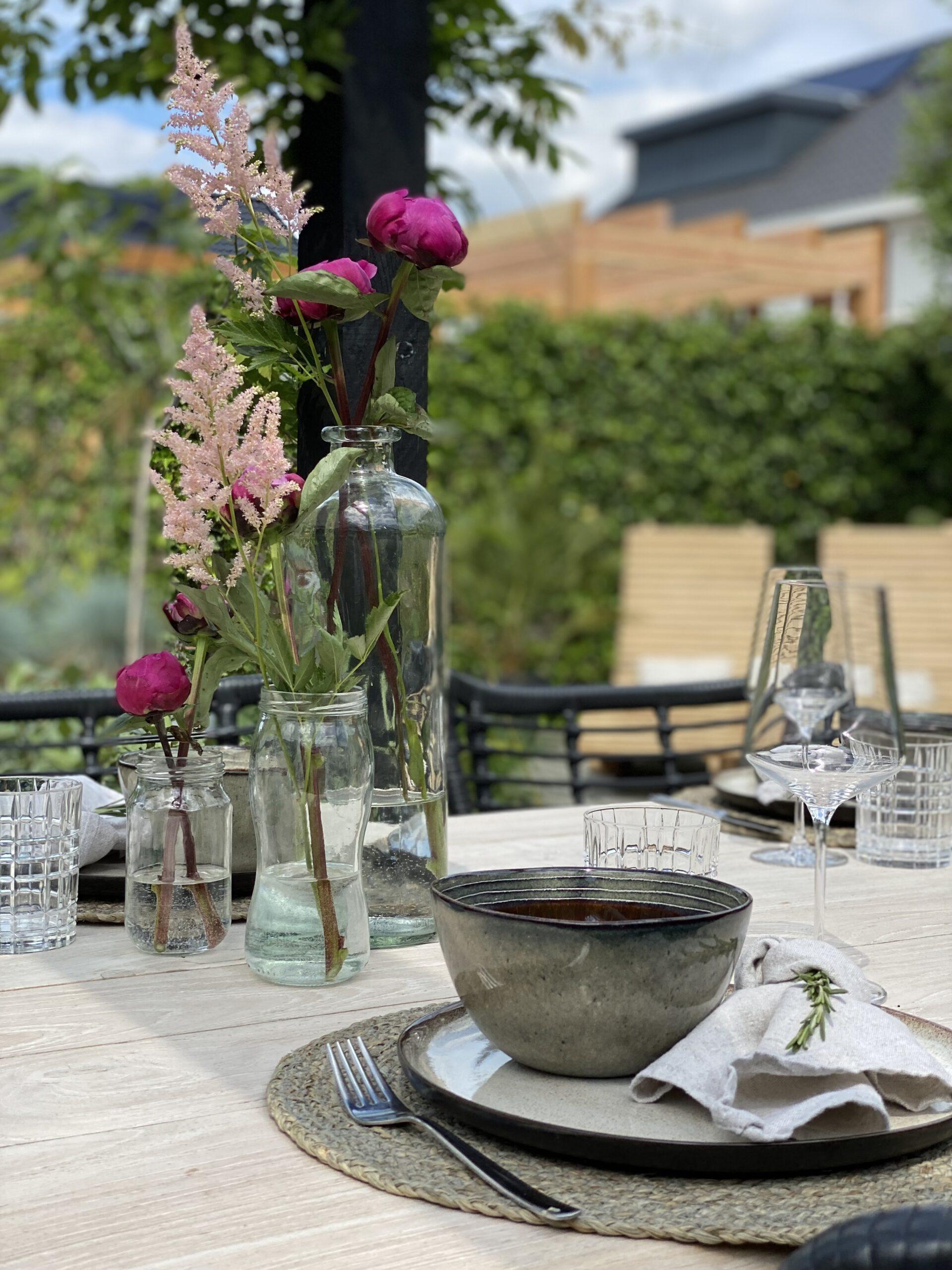 Tips voor een gezellige buitentafel: servetten losse knoop